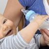 dziecko z butelką