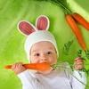 dziecko z marchewką